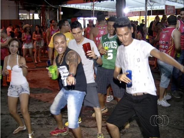 Foliões de vários municípios do Tocantins e de outros estados pulam o carnaval em Dianópolis (Foto: Reprodução/TV Anhanguera)