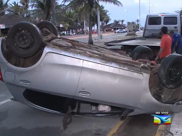 Carro ficou atravessado após capotar na avenida Litorânea, em São Luís (MA) (Foto: Reprodução / TV Mirante)