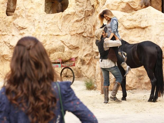 Ayla vê Bianca com Zyah e fica cheia de ciúmes (Foto: Salve Jorge/TV Globo)