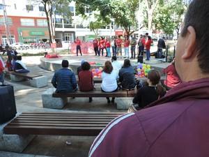 Grupo se concentrou na Praça Nove de Julho (Foto: Gelson Netto/G1)