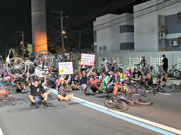 Grupo se reuniu no local onde ciclista de 17 anos foi atropelado por ônibus (Foto: Adneison Severiano/G1 AM)