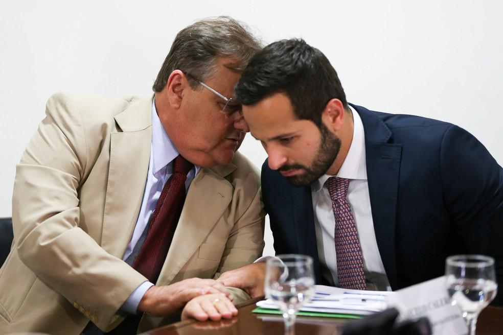 O então ministro da Secretaria de Governo Geddel Vieira Lima conversa com o então ministro da Cultura Marcelo Calero (Foto: Marcelo Camargo/Agência Brasil/Arquivo)
