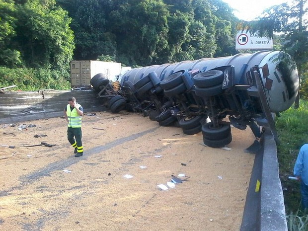 Carreta e carga ficaram tombados na rodovia Anchieta (Foto: Alex Ferreira / G1)