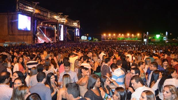 Forrozão reúne multidão e abre os festejos juninos de Sergipe (Marina Fontenele/G1)