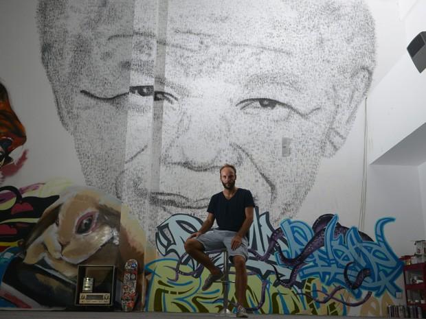 Retrato de Nelson Mandela feito pelo artista Phil Akashi (Foto: AFP PHOTO/Peter PARKS)