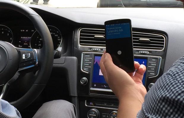 Com o Android Auto, é possível fazer chamadas por comandos de voz (Foto: Anaís Motta/Autoesporte)