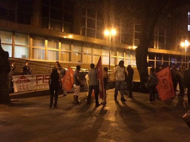 Ativistas se concentram para vigília pedindo a libertação de Rafael Braga Vieira (Foto: Marcelo Elizardo/G1)