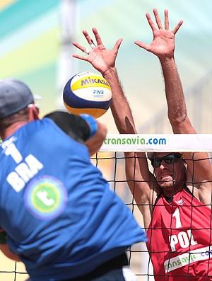 Alison bloqueio vôlei de praia partida (Foto: Divulgação / FIVB)