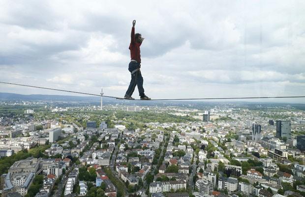 Apesar de seu medo de altura, Kleindl usou apenas os braços para se equilibrar enquanto caminhava por duas vezes ao longo de uma corda de 30 metros de comprimento presas entre as duas torres do edifício 185 (Foto: Ralph Orlowski/Reuters)