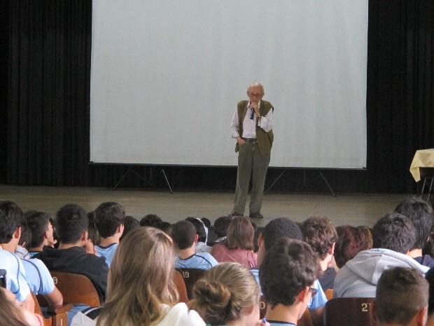 Sobrevivente conta momentos da Segunda Guerra Mundial a alunos de escola de Santos (Foto: Mariane Rossi/G1)