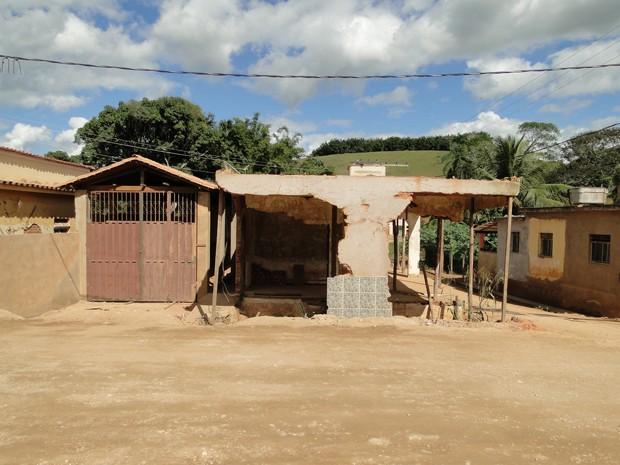 Telhado foi demolido e imóvel continua sem paredes (Foto: Alex Araújo / G1 MG)