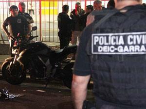 Policiais perto da motocicleta usada pelo delegado (Foto: Leandro Martins/Futura Press /AE)