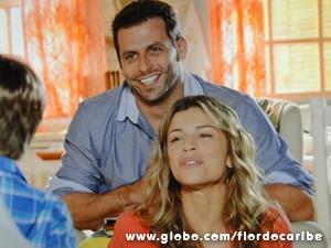Casal é pura felicidade (Foto: Flor do Caribe/TV Globo)