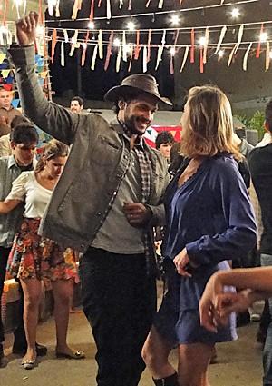Josué ensina o ludu à Danusa (Foto: Amor Eterno Amor / TV Globo)