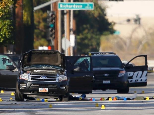 A SUV onde Syed Rizwan Farook e Tashfeen Malik foram baleados pela polícia, após matarem 14 pessoas em San Bernardino, na Califórnia, na quarta (2) (Foto: Reuters/Mike Blake)