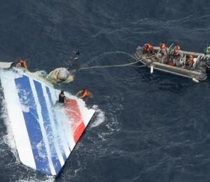 Equipes da Marinha e da Aeronáutica retiram do mar destroços do avião da Air France, em junho de 2009 (famílias inspiradoras) (Foto: Divulgação/Aeronáutica)