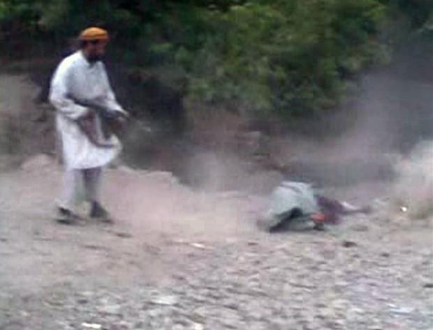 Imagem retirada de video mostra homem atirando em mulher afegã (Foto: AFP)