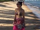 Solange Almeida, após maratona de shows com Xand, relaxa em praia
