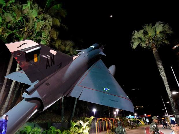 Aeronave de caça da FAB é monumento de orla em Salvador (Foto: Valter Pontes/Agecom)