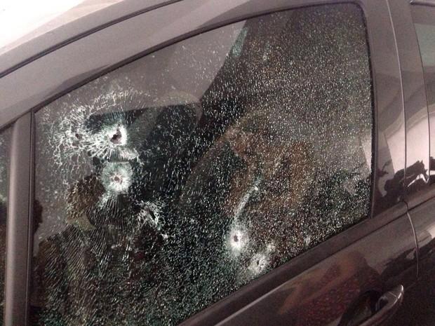Carro ficou com vidro destruído após tiroteio (Foto: G1)