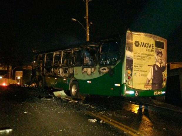 Ônibus é incendiado no bairro São Paulo, em Belo Horizonte (Foto: Corpo de Bombeiros/Divulgação)