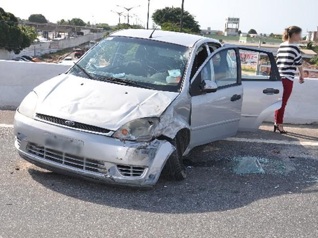 Carro rodopiou na pista e bateu nas muretas de proteção do Viaduto do Cristo, em João Pessoa. (Foto: Walter Paparazzo)