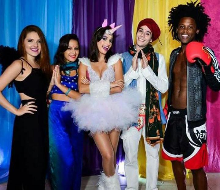 Cynthia com Joana Kannenberg, Lara Coutinho, Vitor Novello e Maicon Rodrigues (Foto: Fabiane Borges/Arquivo Pessoal)