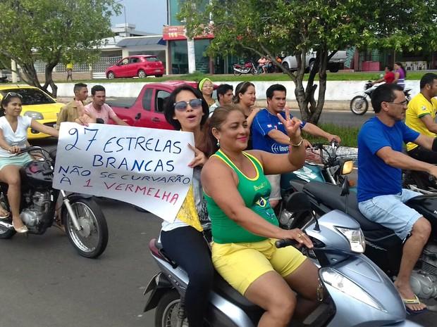 Manifestantes usaram cartazes contra governo Dilma em Manacapuru  (Foto: Adauto Silva/Rede Amazônica)