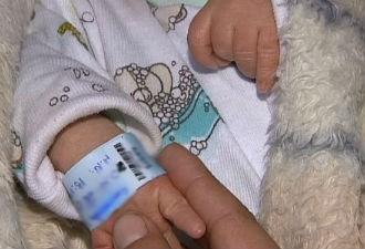 Menino recém nascido estava atrás do vaso sanitário (Foto: Reprodução/ RPC TV)