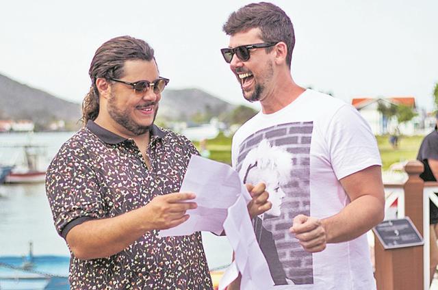 O roteirista Fil Braz e Marcus Majella no set de 'Os salafrários' (Foto: Divulgação)