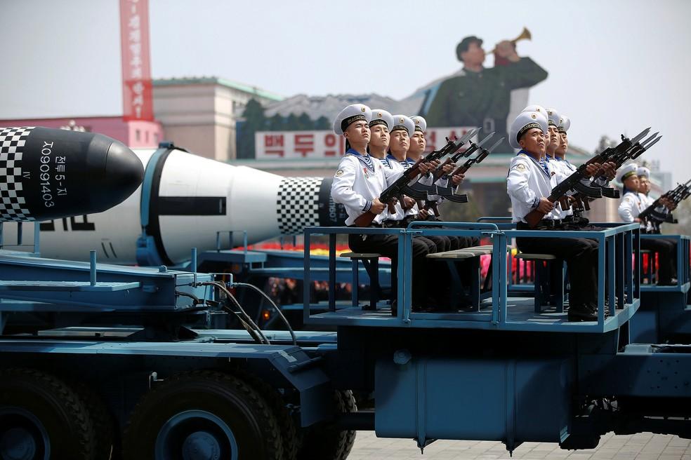 "Veículos militares carregam mísseis ""Pukkuksong"
