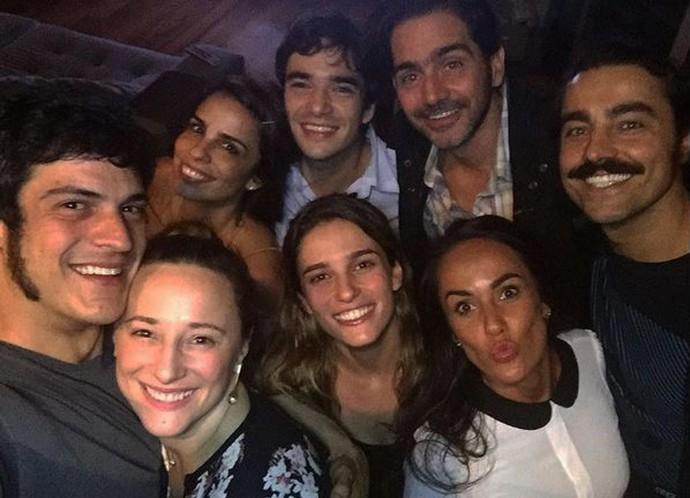 Ricardo Pereira postou selfie com Caio Blat, Mateus Solano, as esposas e o diretor artístico Vinícius Coimbra (Foto: Reprodução Internet)