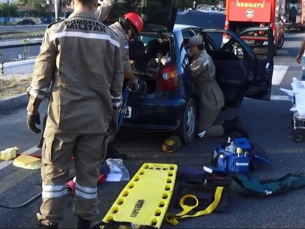 Bombeiros precisaram realizar um procedimento para retirar a vítima do automóvel (Foto: Luiz Felipe/TV Globo)