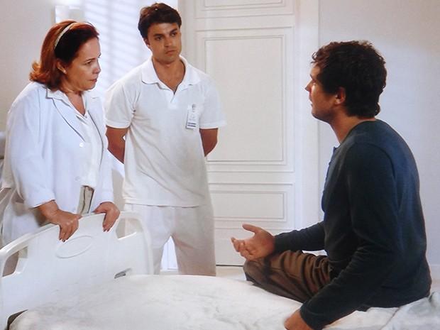 A médica da clínica informa que vai transferir Caíque de quarto (Foto: TV Globo)