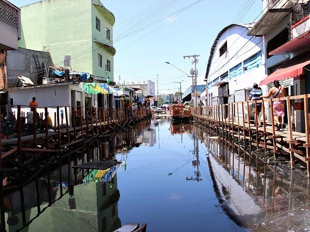 Ruas do centro estão alagadas (Foto: Camila Henriques/G1 AM)