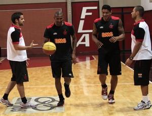 Leandrinho e Shilton observam as dicas dos preparadores físicos Diego Falcão e Rafael Bernardelli (Foto: Divulgação / Flamengo)