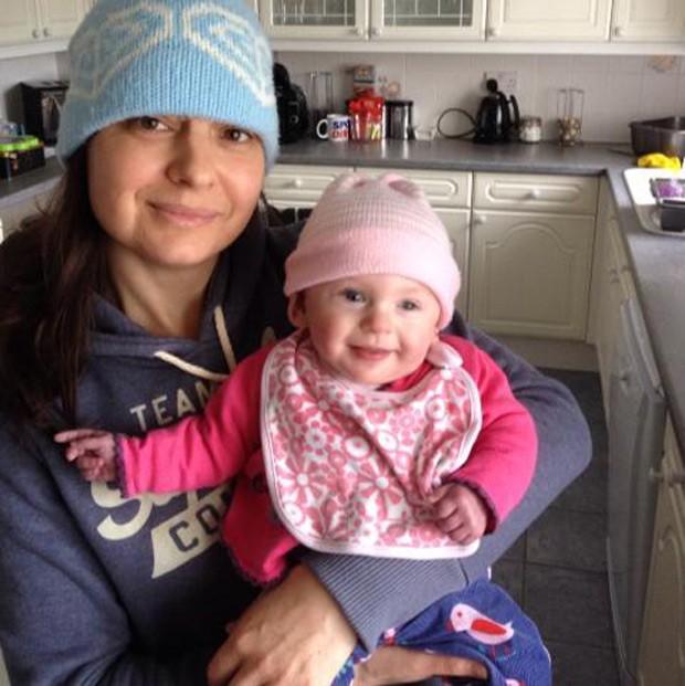 Emma Sansbury e sua filha Lucia, hoje com um ano, posam para foto (Foto: Reprodução/Facebook/Emma Sansbury)