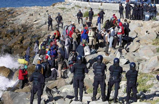 Migrantes e ativistas tentam resistir à ação da polícia italiana na de fronteira entre Ventimiglia, na Itália, e Menton, na França, próximo do Mediterrâneo (Foto: Eric Gaillard/ Reuters)
