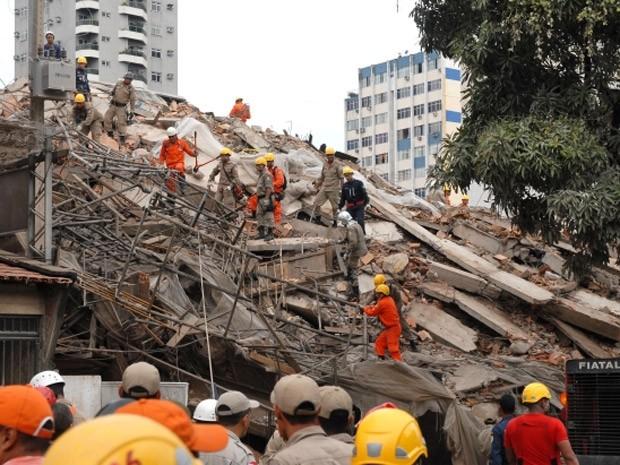 Homens da Defesa Civil e do Corpo de Bombeiros trabalham nos escombros em busca de vítimas do desabamento (Foto: Divulgação/Antonio Silva/Ag.Pará)