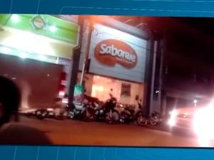 Carros passavem pelo local no momento da explosão (Foto: Reprodução / TV São Francisco)