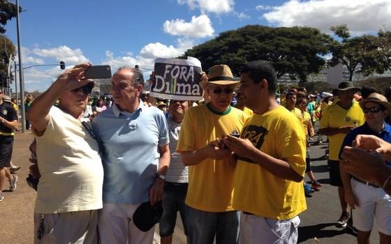 Aloysio Nunes, senador pelo PSDB, tira selfie em manifestação no DF (Foto: Ricardo Della Coletta)