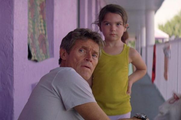 A atriz Brooklynn Prince com William Dafoe em cena de The Florida Project (Foto: Reprodução)