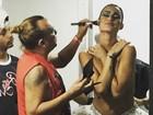Thaila Ayala fica de topless para ser maquiada e seguidor vibra