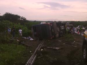 Ônibus com banda de forró 'Garota Safada' tomba no interior do Ceará (Foto: Polícia Federal do Ceará)