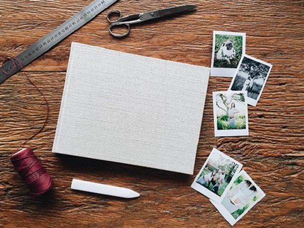 Montar um álbum de fotos é como fazer um detox tecnológico: faz muito bem! (Foto: @fredericashandmade/Instagram)