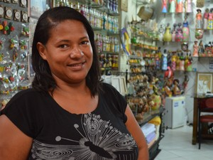 Vendedora acredita que comércio vai continuar intenso até fevereiro (Foto: Marina Fontenele/G1)