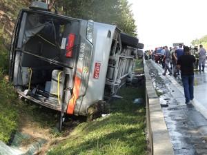 Ônibus tombou no acostamento da pista sentido SP (Foto: Jamile Santana / G1)