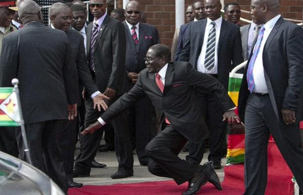 Mugabe, de 90 anos, foi rapidamente socorrido por assessores (Foto: BBC)
