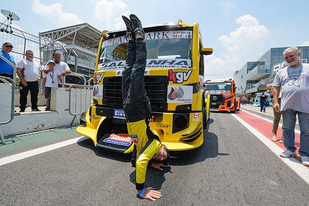 Giaffone é pole na corrida 1 e com sua tradicional bananeira (Foto: Fabio Davivi/MF2)