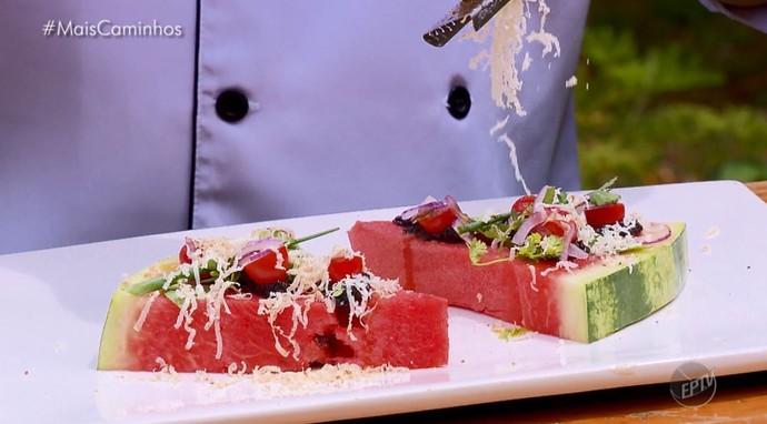 Roni Pacheco prepara melancia como salada (Foto: reprodução EPTV)